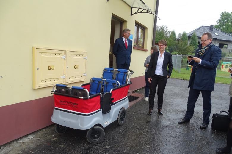 Zdjęcie: wózek dla sześciorga dzieci i ludzie