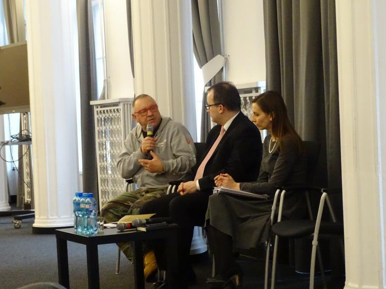 Zdjęcie: obok siebie siedzą: Jurek Owsiak, rzecznik Bodnar i zastępczyni rzecznika Sylwia Spurek