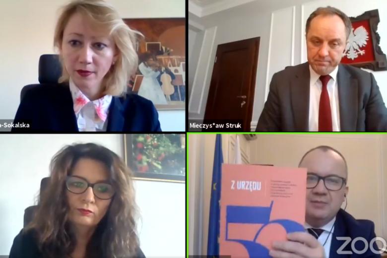 transmisja wideo - 4 osby, dwie kobiety i dwóch mężczyzn w tym RPO pokazujący książkę