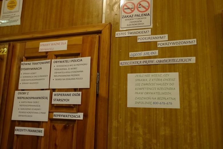 Kartki na drzwiach w szkole