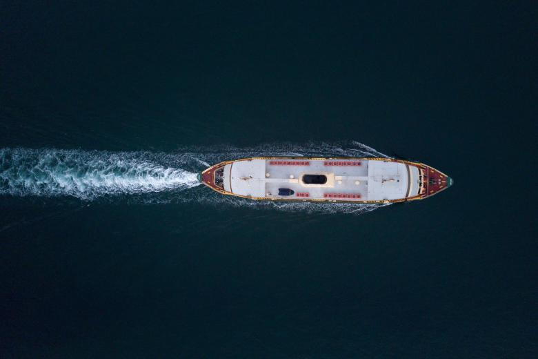 Statek płynący po morzu