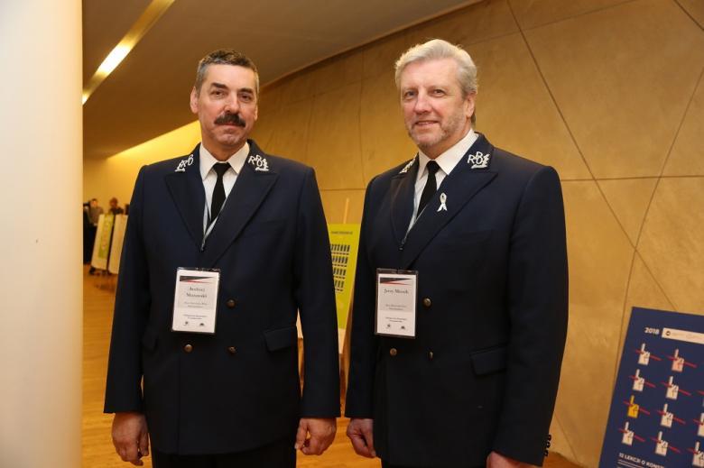 Dwaj mężczyźni w mundurach