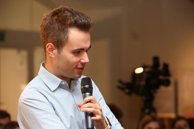 Młody mężczyzna przy mikrofonie