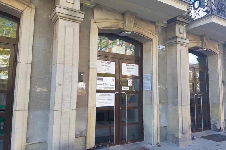 Zdjęcie: wejście do budynku