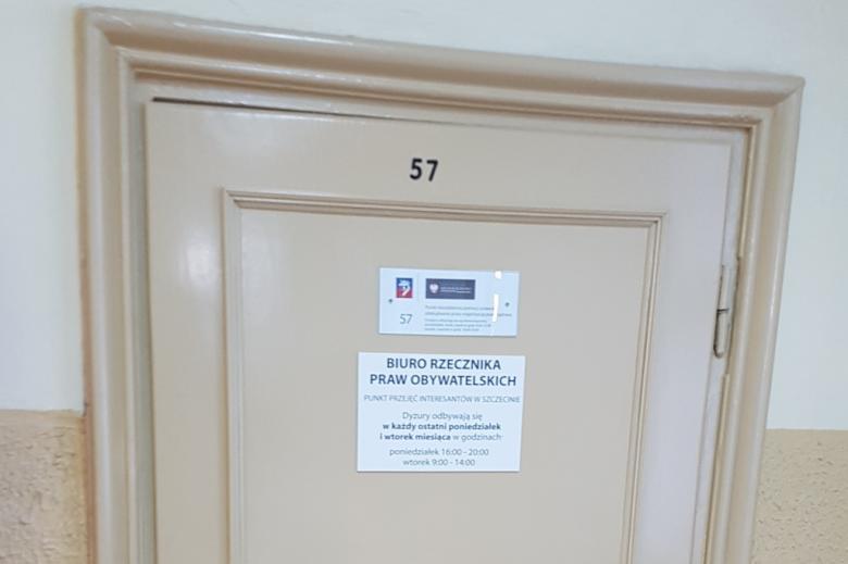 Zdjęcie: drzwi do pokoju 57 z informacją o zasadach działania punktu informacyjnego