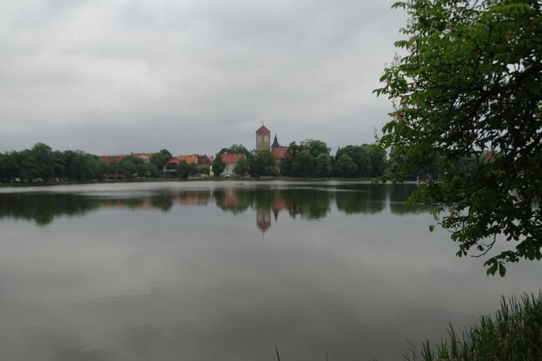Widok miasta nad jeziorem