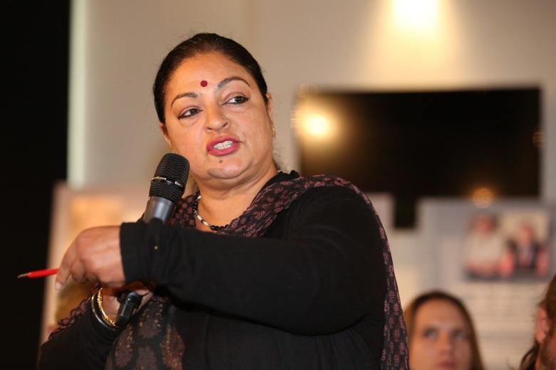 Hinduska przy mikrofonie