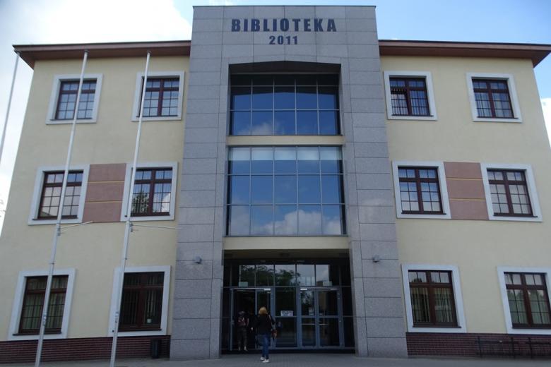 Nowoczesny budynek z napisem Biblioteka 2011