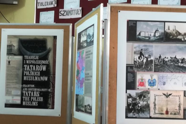"""Tablice z wystawą pod tytułem """"Tradycje i współczesność Tatarów - polskich muzułmanów"""