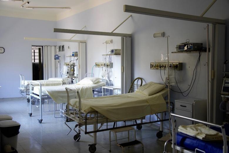 Puste szpitalne łóżka