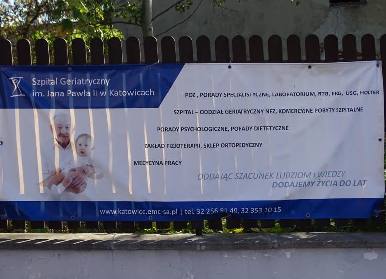 Banner na płocie opisujący usługi szpitala geriatrycznego
