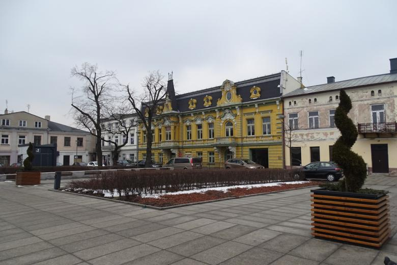 Żółty zabytkowy dom przy rynku