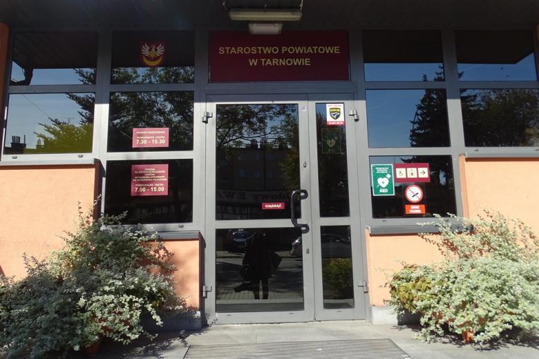 Zdjęcie: drzwi do urzędu