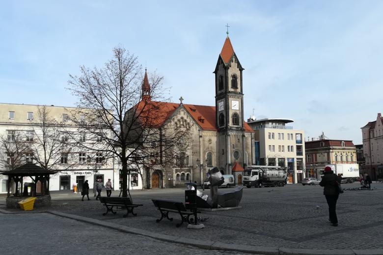 Plac i budynek z zegarem