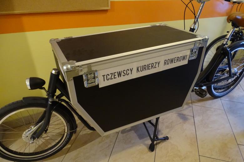 rower dla kuriera ze specjalnie zamontowanym pojemnikiem na towary