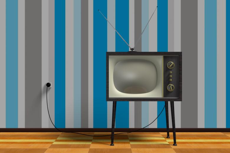 Stary telewizor na tle tapety w biało-niebieskie pasy