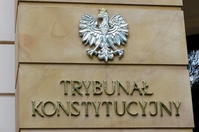zdjęcie: napis na gmachu TK: Trybunał Konstytucyjny