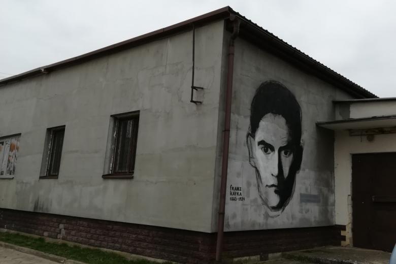 Mural z twarzą mężczyzny