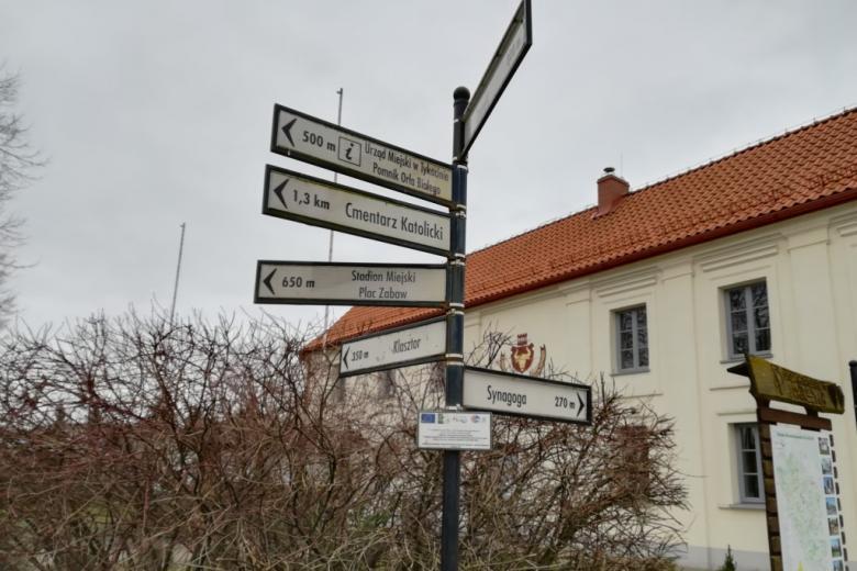 Drogowskaz pokazujący drogę do synagogi, kościoła, cmentarza i zamku