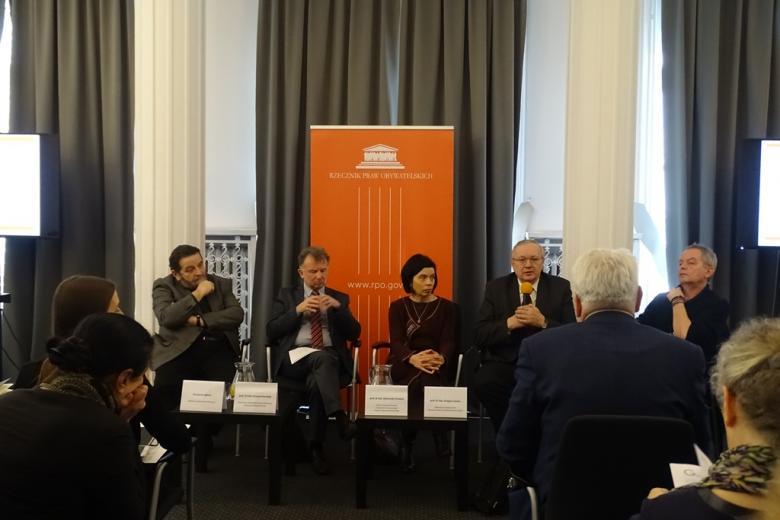 Paneliści siedza na sali
