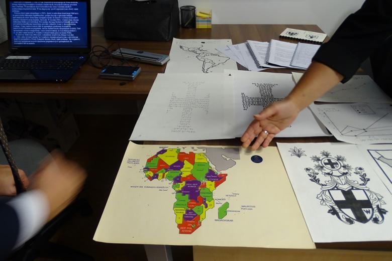 Zdjęcie; kolorowa mapa Afryki na kartce