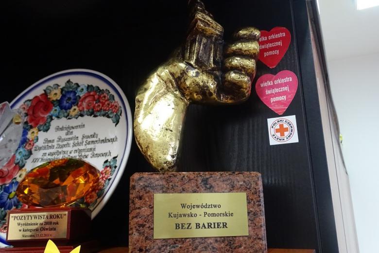 """zdjęcie: statuetka z napisem """"Kujawsko-pomorskie bez barier"""""""