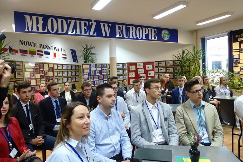 Zdjęcie: młodzi ludzie sluchają, w tle napis Młodzież w Europie
