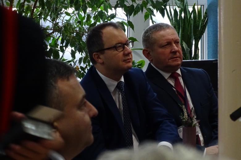 Zdjęcie: trzej mężczyźni z uwagą słuchają i patrzą na ekran