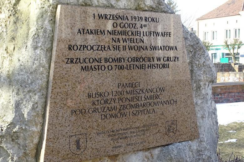 Tablica kamienna z opisem bombardowania Wielunia 1 września 1939 r.