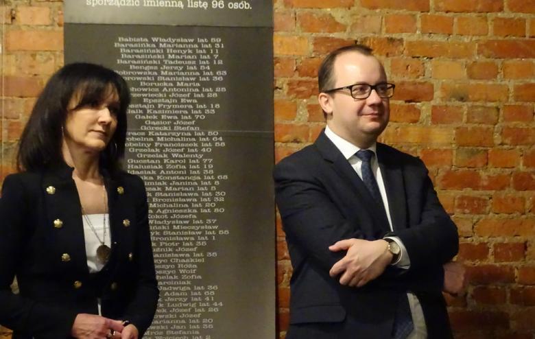 Kobieta i męzczyzna stoją pod ceglaną ścianą