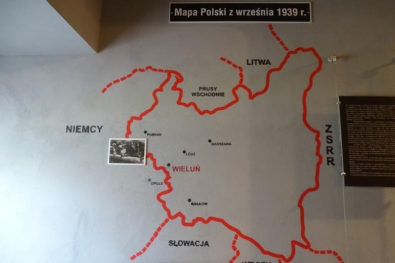 Mapa II Rzeczypospolitej na ścianie. Zaznaczony Wieluń przy granicy z Niemcami