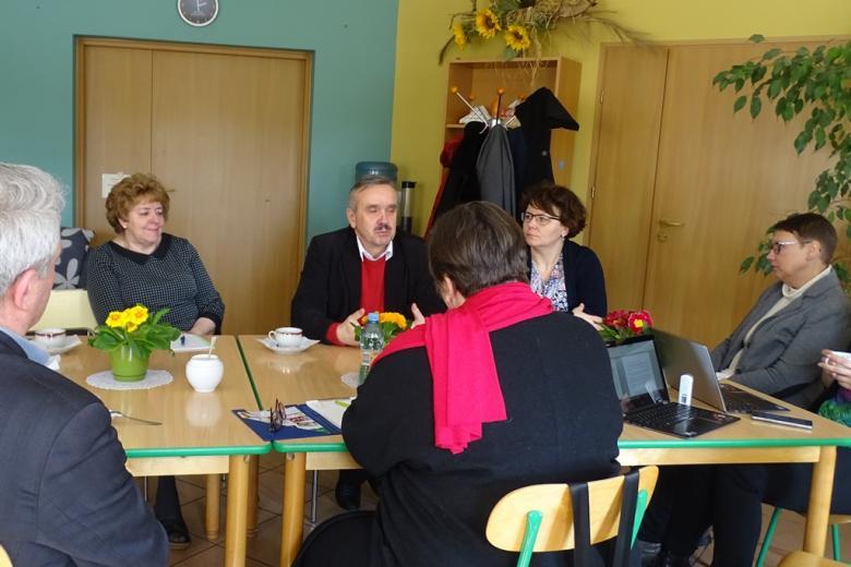 Ludzie rozmawiają przy stole