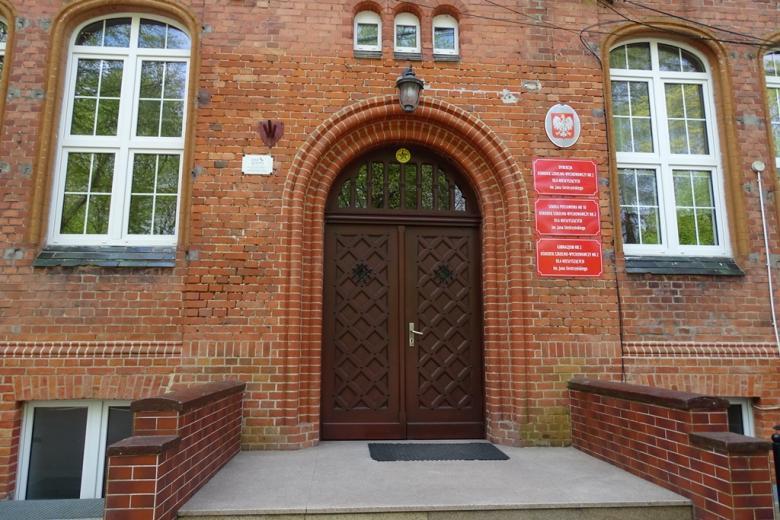 Drzwi do ceglanego budynku