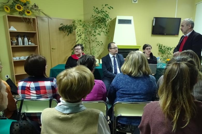 Grupa osób w małej sali