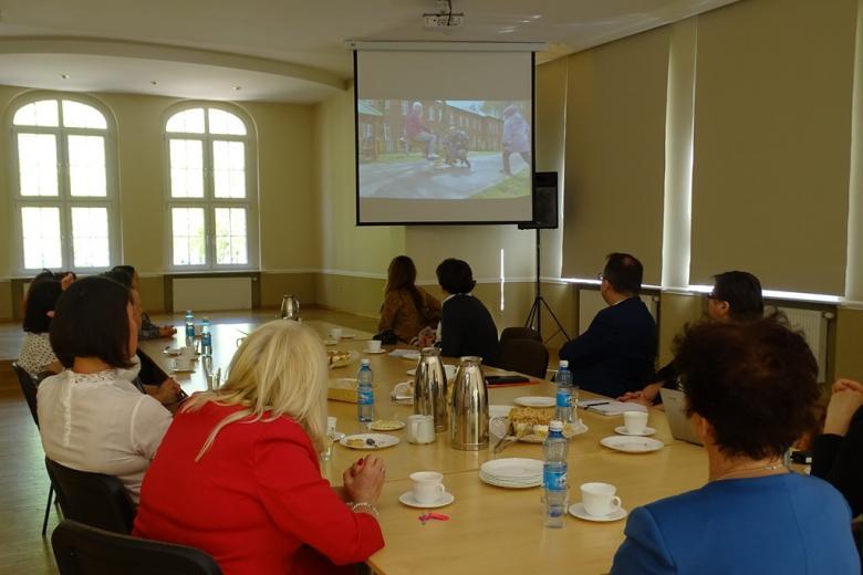Ludzie oglądają prezentację