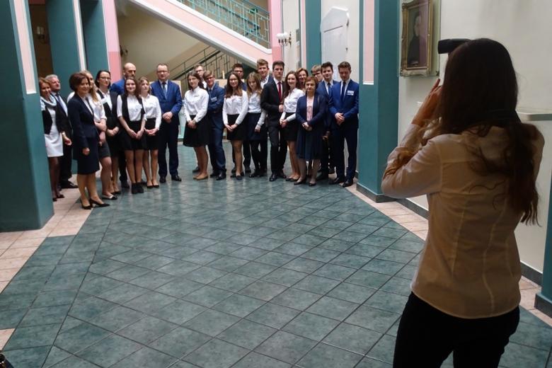 Zdjęcie grupowe uczestników spotkania - uczniowie w galowych strojach