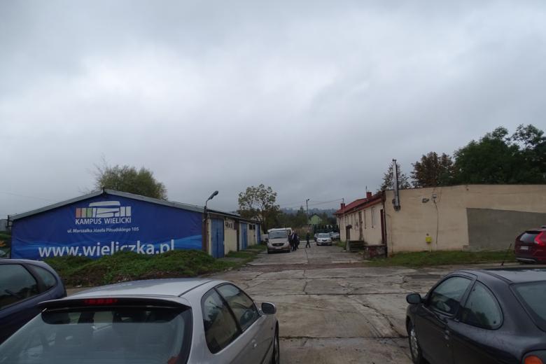 Zdjęcie: dwa baraki, jeden z napisem Wieliczka