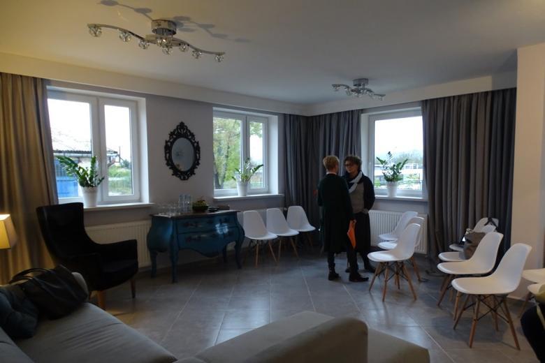 Zjęcie: bardzo elegancki pokój, meble szare i biale, lustro w rzeźbionej ramie