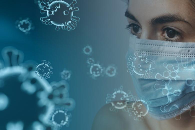 Kobieta w maseczce i graficzne przedstawienie wirusa