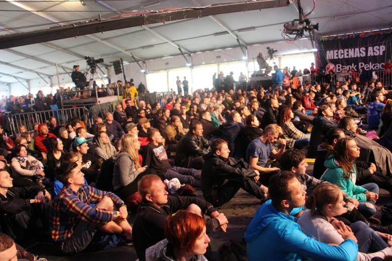 zdjęcie: tłum ludzi siedzących na ziemi