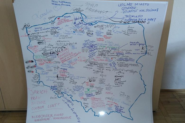 zdjęcie: kontur Polski, w środku zaznaczone przez uczestników przystanku Woodstock miasta i odpowiedzi na pytanie: Jakich praw życzysz osobom LGBT?