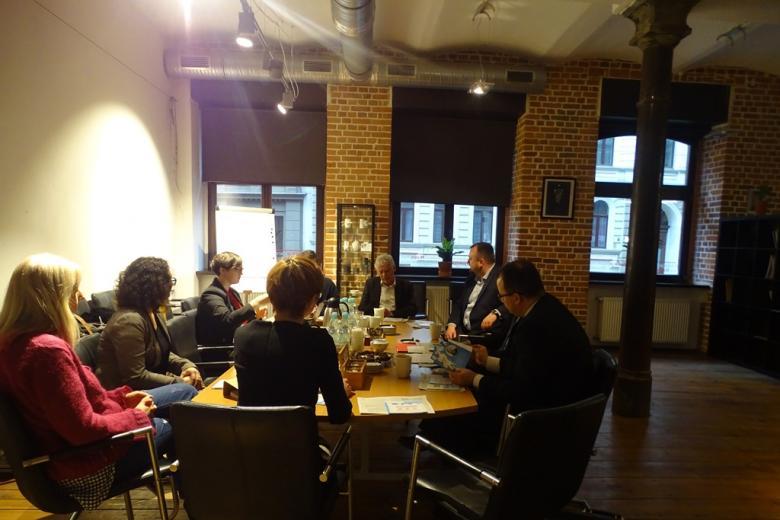 Ludzie rozmawiają przy oświetlonym stole
