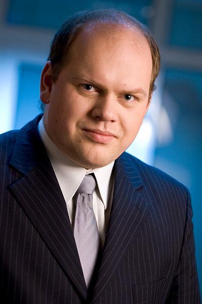 Mężczyzna w garniturze, niebieskie tło