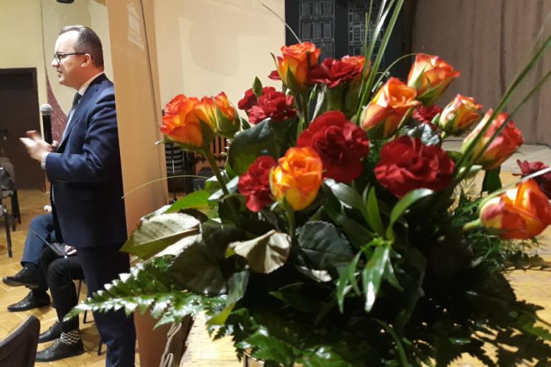 Bukiet kwiatów i mówiący męzczyzna