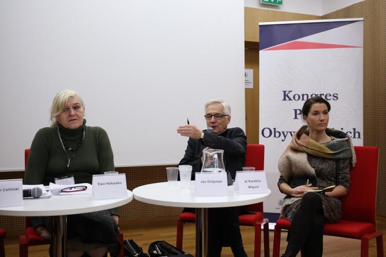 Panelistki i panelista przy stole