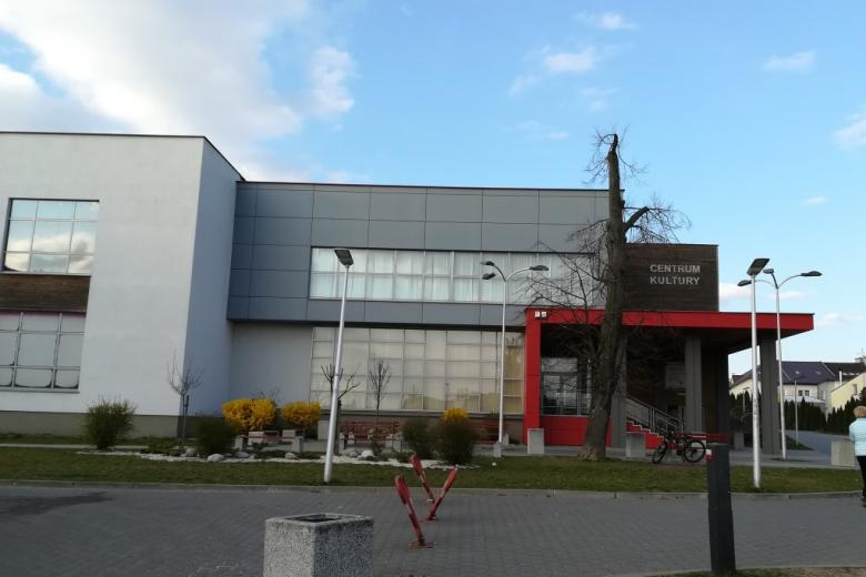 Nowoczesny budynek z napisem Centrum Kultury