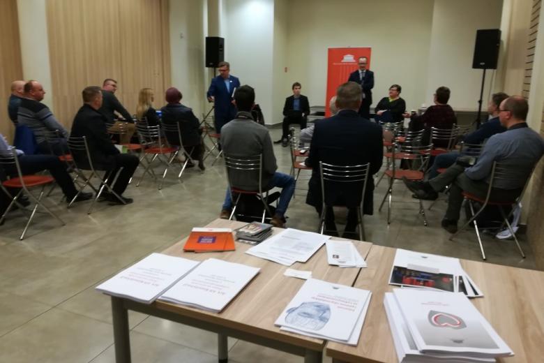 Ludzie a sali. Na pierwszym planie stół z publikacjami RPO