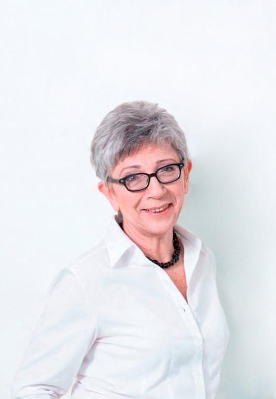 Kobieta w okularach i białej koszuli