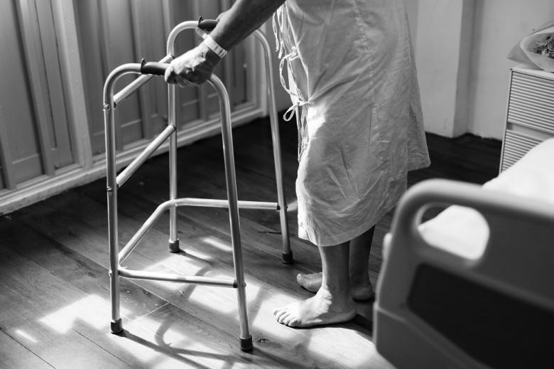 Pacjent opierający się o chodzik