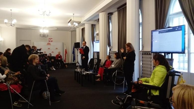 RPO przemawia do kobiet na sali konferencyjnej